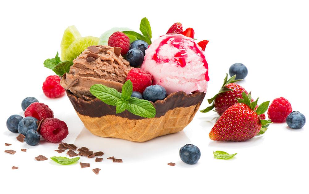 Leckerer Eisbecher mit Früchten